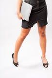 Colheita dos pés de uma mulher de negócios nova Fotos de Stock Royalty Free