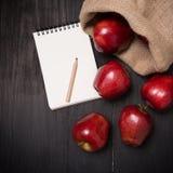 Colheita fresca das maçãs com nota de papel na tabela preta, natureza f Imagem de Stock