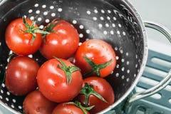 Colheita fresca dos tomates lavada em um escorredor Imagem de Stock Royalty Free