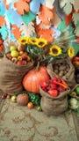 colheita rica dos vegetais e dos frutos nos sacos imagem de stock royalty free