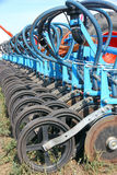 Colheitas de plantação do trator e da máquina de semear em um campo foto de stock