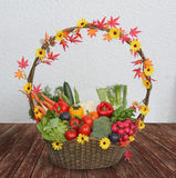 Colhendo a cesta com legumes frescos Imagem de Stock