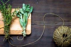 Colhendo ervas para a opinião superior do inverno no fundo de madeira foto de stock royalty free
