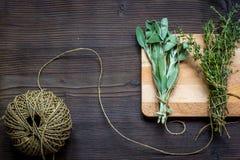 Colhendo ervas para a opinião superior do inverno no fundo de madeira Foto de Stock