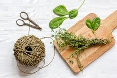 Colhendo ervas para a opinião superior do inverno no fundo de madeira Fotos de Stock Royalty Free