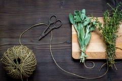 Colhendo ervas para a opinião superior do inverno no fundo de madeira Imagem de Stock Royalty Free