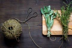 Colhendo ervas para a opinião superior do inverno no fundo de madeira imagens de stock royalty free