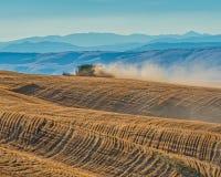 Colhendo Rolling Hills do trigo em Oregon central Imagem de Stock Royalty Free