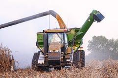Colhendo uma colheita do milho de Midwest Fotografia de Stock Royalty Free