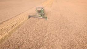 Colhendo a vista aérea Cena da agricultura vídeos de arquivo