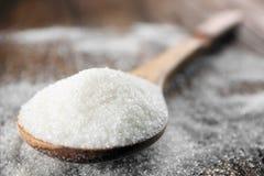 Colher com açúcar branco Fotografia de Stock