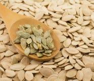 Colher com sementes de abóbora Fotos de Stock Royalty Free