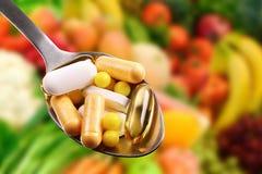 Colher com suplementos dietéticos Fotografia de Stock Royalty Free