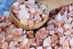Colher cor-de-rosa Himalaia grosseira de sal imagens de stock