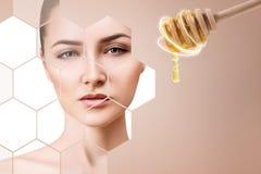 A colher da jovem mulher e do mel prepara-se para a máscara facial foto de stock