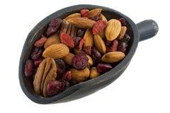 Colher de bagas nuts e secadas saudáveis Fotos de Stock