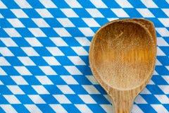 Colher de madeira antiga para cozinhar com fundo branco azul fotografia de stock