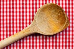 Colher de madeira antiga para cozinhar com fundo branco vermelho imagens de stock
