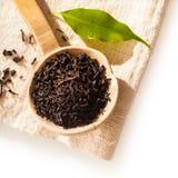 Colher de madeira com as folhas de chá secadas fracas foto de stock royalty free