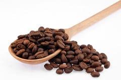 Colher de madeira com feijões de café Fotografia de Stock Royalty Free
