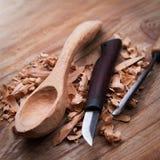 Colher de madeira com ferramentas do carvin Foto de Stock Royalty Free