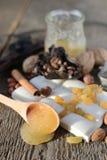 Colher de madeira com mel Imagens de Stock