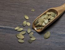Colher de madeira com sementes de abóbora Foto de Stock