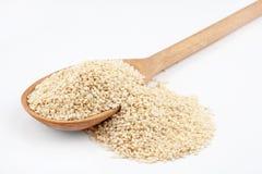Colher de madeira com sementes de sésamo Imagem de Stock