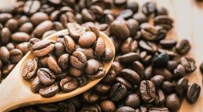 Colher de madeira do whit dos feijões de café na madeira Imagens de Stock Royalty Free
