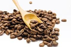 Colher de madeira, e feijões de café imagens de stock royalty free
