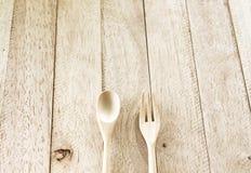 Colher de madeira e forquilha de madeira na tabela de madeira fotos de stock royalty free