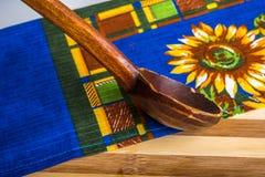 Colher de madeira na toalha de cozinha Fotografia de Stock Royalty Free