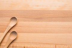 Colher de madeira no fundo de madeira Imagens de Stock