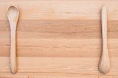 Colher de madeira no fundo de madeira Imagens de Stock Royalty Free