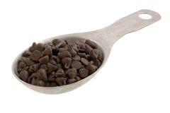 Colher de medição de pedaços do chocolate Fotografia de Stock