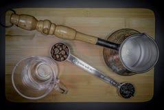 Colher de medição para o chá e o café com feijões de café e as folhas de chá secas imagem de stock royalty free