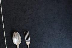 Colher de prata e forquilha com pérolas Fotografia de Stock Royalty Free
