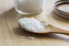 Colher de sal do mar com frasco de vidro Imagem de Stock
