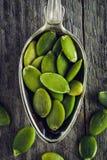 Colher de sementes de abóbora em um fundo de madeira Fotografia de Stock