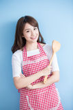 Colher do arroz da tomada da dona de casa da beleza Imagens de Stock Royalty Free