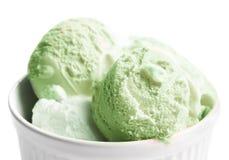 Colher do fim do gelado do pistache acima Macro da bola do gelado Fotografia de Stock