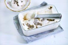 Colher do gelado na caixa de gelo com gelado e trufas salgado do caramelo Foto de Stock Royalty Free