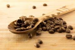Colher e café de madeira a bordo Imagem de Stock Royalty Free