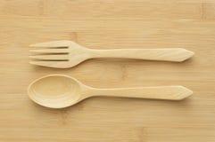 Colher e forquilha de madeira no fundo de madeira Fotografia de Stock Royalty Free