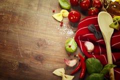 Colher e ingredientes de madeira na tabela Fotografia de Stock Royalty Free