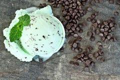 Colher e pedaços de chocolate do gelado da hortelã Fotografia de Stock Royalty Free