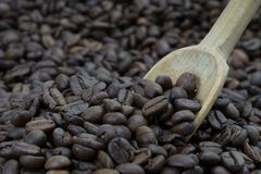 Colher em feijões de café Imagem de Stock Royalty Free