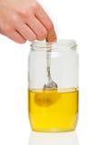 Colher em um frasco do mel Imagens de Stock Royalty Free