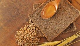 Colher integral cortada do pão e do mel Fotografia de Stock Royalty Free