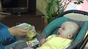 Colher nova da matriz que alimenta seu bebé 4K vídeos de arquivo